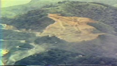 蘇澳港海埔新生地移山填海式的建造施工中:工程人員從蘇澳港周邊的礮台山以移山填海方式取土石。