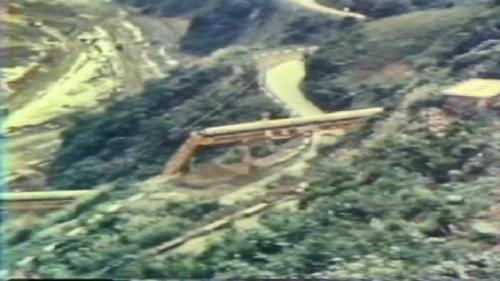蘇澳港海埔新生地移山填海式的建造施工中:工程人員從蘇澳港周邊的砲台山,架設長達1040公尺之輸送帶直達海邊,以移山填海的方式,每天輸送大約一萬噸的土石。