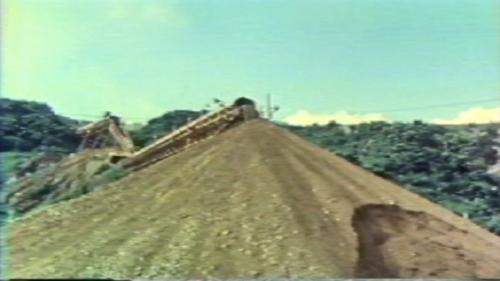 蘇澳港海埔新生地移山填海式的建造施工中:每天輸送大約一萬噸的土石,陸續創造出80萬平方公尺的海埔新生地。