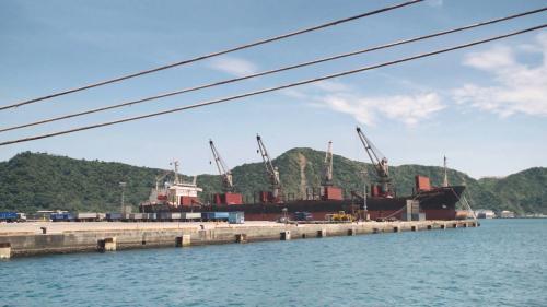 蘇澳港進出的主要貨物:蘇澳港進口的部分大概以煤、鋼胚、石灰石等,及一些原物料、礦石等。
