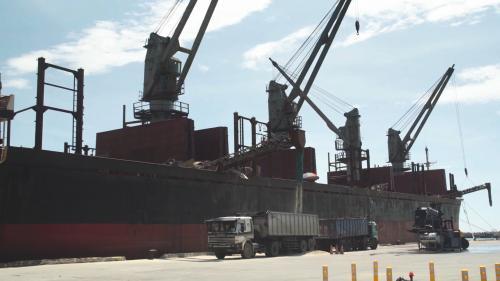 蘇澳港卸貨中的貨輪:蘇澳港出口的部分以散泥為大宗