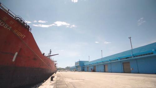 蘇澳港大型貨輪與倉庫:蘇澳港貨運量一年大概500到600萬噸之間,這個大概就是符合蘭陽地區的內需的貨運量、吞吐量。