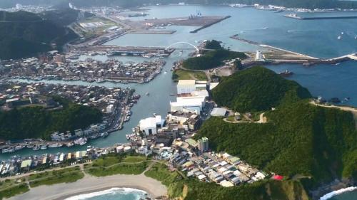 蘇澳港鳥瞰:遠方是聯繫海岸與豆腐岬之間的「跨港大橋」