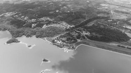 烏山頭水庫:烏山頭水庫被喻為東南第一大水壩,也是世界第三大水壩。於1920年興建,1930年完工,屬嘉南大圳最主要的水利工程之一。