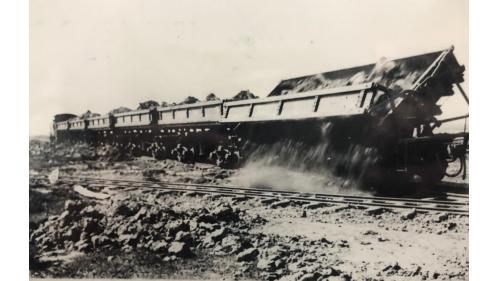 烏山頭水庫建造所用的倒轉式土運車:這種倒轉式砂石搬運車是當時最新穎的施工機具之一。