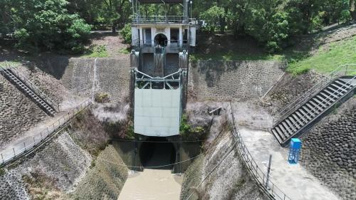 烏山頭水庫>烏山嶺隧道東口:進水口位於曾文溪上游,主要構造為橫亙於溪流之攔水設施,導入上、中、下各三層各八孔水門,視溪流水位及進水量,由東口工作站管理啟閉