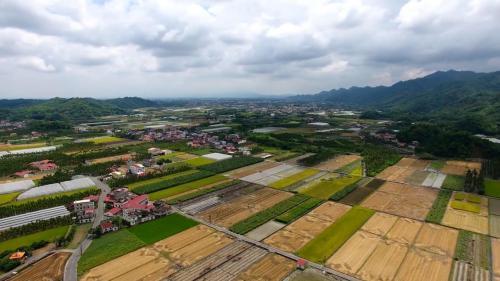 獅子頭圳:美濃地區地勢由東北向西南傾斜,陽光充足、土壤肥沃,年雨量2000公厘,非常適合農業發展。
