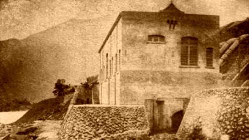 舊龜山發電廠:日治時期1902年龜山新店溪水力電廠興建、1905 年10月完工運轉,在當時是全台灣第一座水力發電機組。1943年功成身退,如今只遺留斑駁的痕跡,見證著百年前台灣最初的電力。