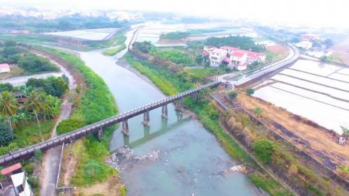 獅子頭圳:美濃水橋,1909年始建(木橋),1926重建,1927年完工,橋上人車走,橋下流水流。