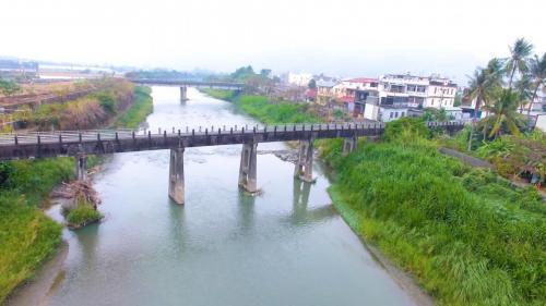 獅子頭圳:美濃水橋1927年改建完成,橋上人車走,橋下流水流。