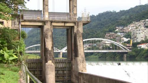 小粗坑電廠>粗坑壩右側2座直堤式取水閘門:粗坑壩取水口位於壩右岸, 設置有直堤式取水閘門2座。