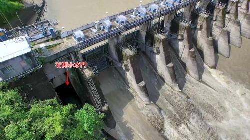 桂山電廠>桂山壩右側小水門:桂山壩閘門全關時右側有個小水門放流小量生態基本流量以維生態。
