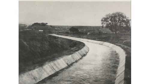 嘉南大圳>山頭水庫放水口導水路: 烏山頭水庫的水由進水塔取水後,經由壓力鋼管、靜水池消能後,進入長達1.6公里的導水路。