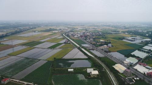 嘉南大圳及沃野良田:原本是「看天田」的嘉南地區有了灌溉水的滋潤,從此沃野千里,對台灣農業貢獻極大。