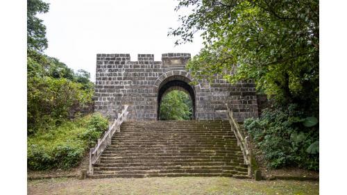 基隆港:基隆二沙灣砲台大門,又名「海門天險」為一級古蹟 1885年修築