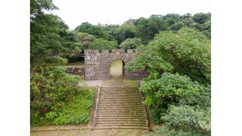 基隆港:基隆二沙灣砲台大門,又名「海門天險」,今日規模為1885年台灣巡撫劉銘傳所修築。為中華民國一級古蹟。