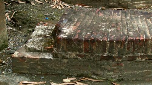 曹公圳:磚頭砌成的平台,用於操作閘門並減少水流的沖擊