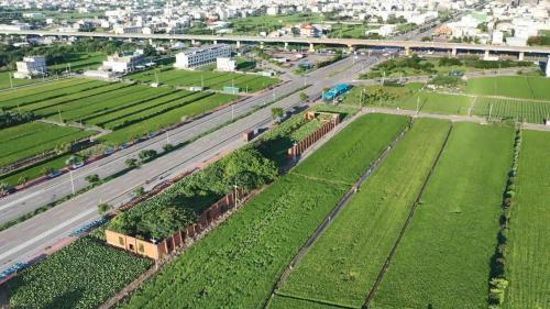台中港>六燃遺跡(日治時代海軍第六燃料廠舊址):大甲溪開發計畫是日本海軍籌畫的工程,為了製造高級液體燃料,於新高港建設「第六海軍燃料廠」。