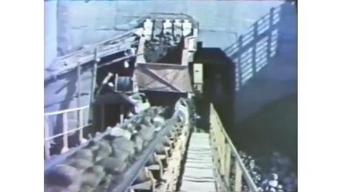 台中港建港工程在大甲溪畔開闢的一座設備完善的卵石處理場處理谷關運來的卵石。
