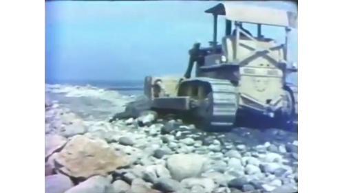 台中港築港推動大石塊入海的D-8推土機
