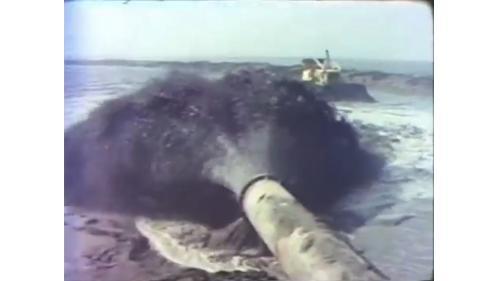 台中港第一階第一期工程浚挖出來的泥沙填入港區新生地:航道挖出來的泥沙,建造碼頭和倉庫的基地。