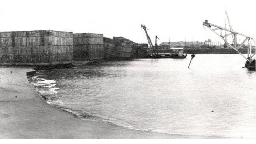 台中港建港沙灘沉箱下水挖泥作業情形之一