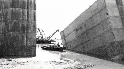 台中港建港沙灘上製造沉箱由挖泥船浚深下水