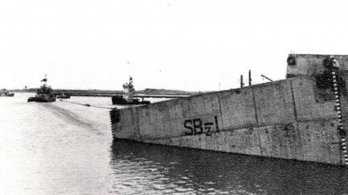 台中港築港工程沙灘沈箱下水拖航:沉箱準備期為民國60年(1971)到62(1973)年製作沉箱,之後,就陸續拖到外海去做定點置放。