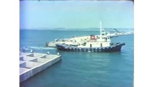 台中港築港之沈箱拖放:抛石、挖泥後方可開始進行沈箱拖放作業。