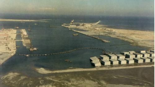 台中港第一期工程,一至三号碼頭係一沉箱式碼頭,所需沉箱全部在沙灘製作(1974年)共23座