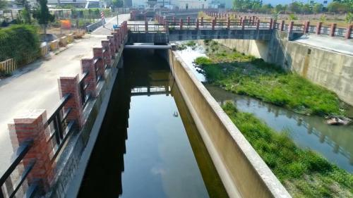 曹公圳之灌排分離--左邊是灌溉用渠右邊則為洪水來臨時排水之用