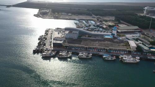 梧棲漁港:1980年台中港漁業碼頭(梧棲漁港)建港工程開工,1983年完工1989年開放自由小三通後,人潮漸漸增多,政府兼顧漁業的發展與契合社會的需求,將漁港朝生產、休閒、觀光方向發展。