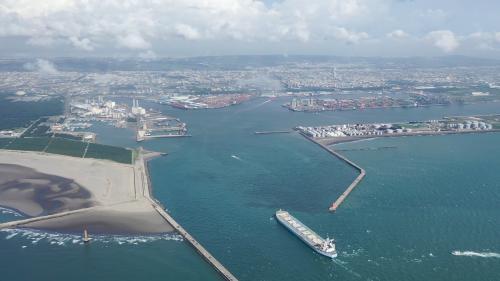 台中港北泊渠:寬度350公尺,水深低潮位下9~13公尺