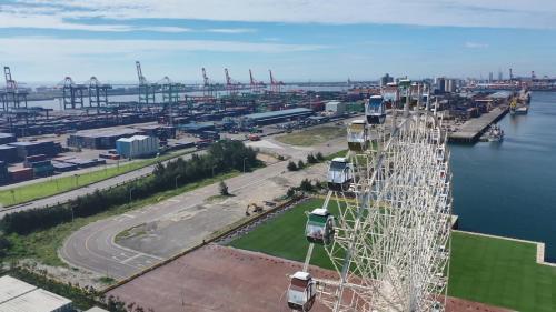 台中港三井Outlet Park:至今台中港已成為國內第二大國際港,港港區腹地廣大,總面積為11,285公頃,水域面積8,382公頃,陸地面積2,903公頃, 目前有58座碼頭,擁有自動化卸儲設備。
