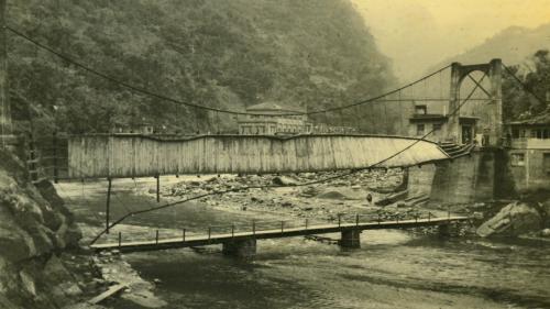 烏來電廠昔日在新店溪畔的安全走廊之吊橋部份