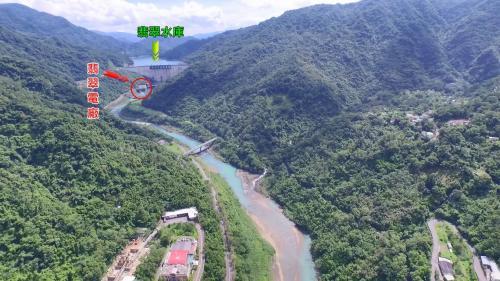 翡翠電廠及翡翠水庫遠眺:翡翠電廠位於翡翠水庫右岸副壩下游