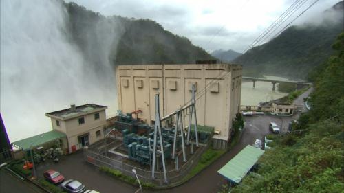 翡翠電廠:廠房為半地下室鋼筋混凝土結構物,長 48.5 公尺,寬 35 公尺,高 21.5 公尺。