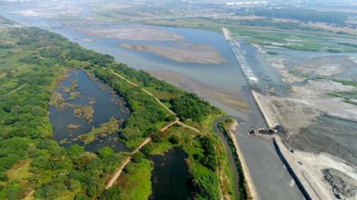 曹公圳:下淡水溪鳥瞰 圖上方為下淡水溪鐵橋