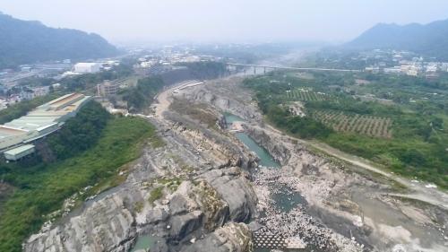 1932年後由大甲溪白冷圳灌溉的新社河階群:新社河階經過長時間的隆起與侵蝕,形成階地,是目前台灣最大也是最壯觀的河階台地