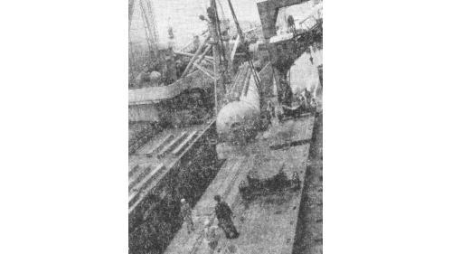 林口電廠建廠的鍋爐汽鼓從載運船上卸載