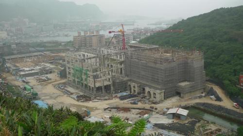 北部火力電廠拆除中(國立海洋科學博物館興建中):北部火力電廠於1983年除役,1997籌備成立國立海洋科學博物館。