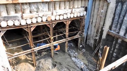 林口電廠輸煤廊道使用的管幕工法施工:這些管子會形成矩形簾幕,每根管之間以公母卡榫連接,有效隔絕上方土壤。