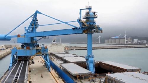 林口電廠卸煤碼頭輪船卸煤中