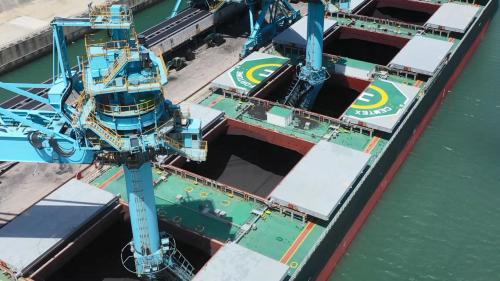林口電廠卸煤碼頭卸煤機運作中