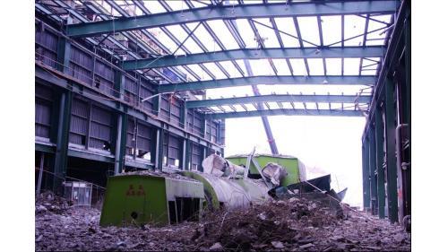 大林電廠掩蓋在碎石中的除役機組:2012年8月31日舊大林第一號、第二號汽輪發電機組除役