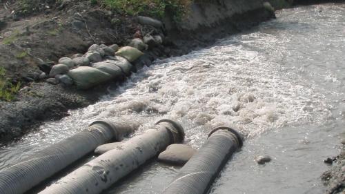 莫拉克風災時舊寮舊圳景象--莫拉克颱風完成緊抽水灌溉。