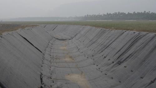 莫拉克風災時舊寮舊圳景象 莫拉克颱風後沿著護岸臨時輸水渠道架設中。