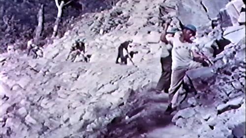 中部橫貫公路興建時榮工以人工開鑿炸藥孔