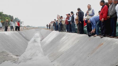 莫拉克風災時舊寮舊圳景象 莫拉克颱風後沿著護岸臨時輸水渠道架設完成。