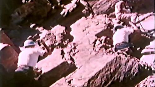 中部橫貫公路興建時榮工於窮山峻領上以人工開鑿炸藥孔